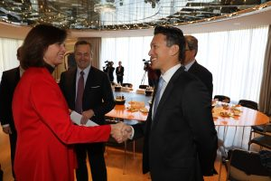 Staatsministerin Ilse Aigner (l.) begrüßt den Vorstandsvorsitzenden von Airbus Defense and Space, Dirk Hoke. (Bild: Bayerische Staatskanzlei)
