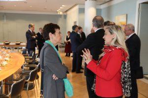 Die Sprecherin der Geschäftsführung der Roche Diagnostics, Ursula Redeker (l.) und Staatsministerin Melanie Huml. (Bild: Bayerische Staatskanzlei)