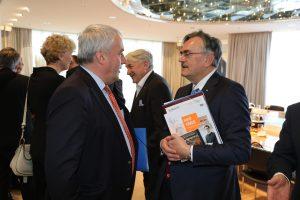 Staatsminister Ludwig Spaenle (l.) im Gespräch mit dem Präsidenten der Technischen Universität München, Prof. Wolfgang A. Herrmann. (Bild: Bayerische Staatskanzlei)
