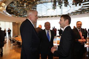Das Vorstandsmitglied der Siemens AG, Klaus Helmrich (2.v.r.), und der Präsident der Vereinigung der Bayerischen Wirtschaft, Alfred Gaffal (m.) im Gespräch mit Ministerpräsident Seehofer. (Bild: Bayerische Staatskanzlei)