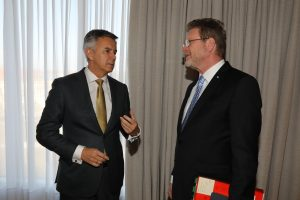 Staatsminister Marcel Huber (r.) und das Vorstandsmitglied der BMW AG, Peter Schwarzenbauer. (Bild: Bayerische Staatskanzlei)