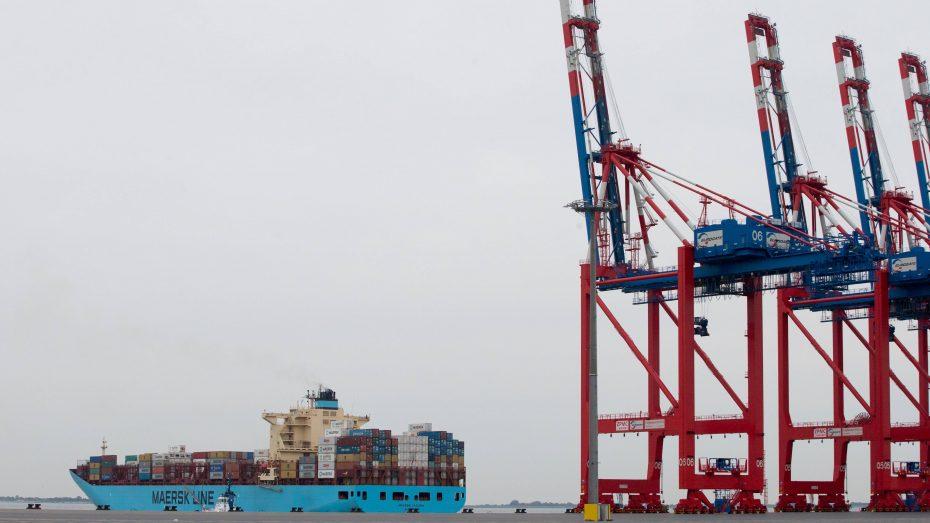 Import Export: Ein Containerschiff verlässt den Jade-Weser-Port in Wilhelmshaven mit Gütern in Richtung Übersee. (Foto: Imago/Andreas Burmann)