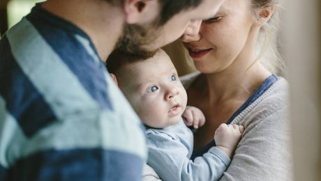 Gerade jungen Familien brauchen Unterstützung - etwa in Form von flexiblen Arbeitsmodellen. (Foto: Imago/Westend61)