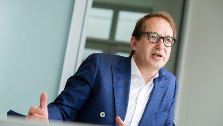 Bundesverkehrsminister Alexander Dobrindt beim Interview mit dem BAYERNKURIER. (Bild: Wolf Heider-Sawall)
