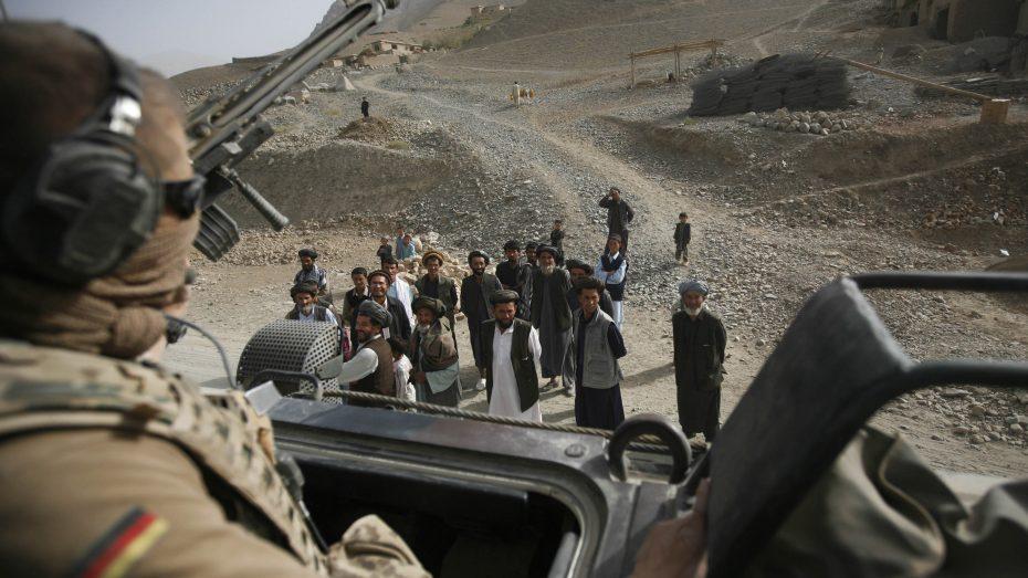 Soldaten der Bundeswehr beobachten während einer Patrouille eine Gruppe afghanischer Männer. (Foto: Picture Alliance/Anja Niedringhaus)