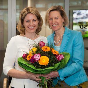 Die Landesvorsitzende Angelika Niebler (rechts) gratuliert Astrid Freudenstein (links), die als Spitzenkandidatin der Frauen Union Bayern in den Bundestagswahlkampf zieht. (Foto: FU)