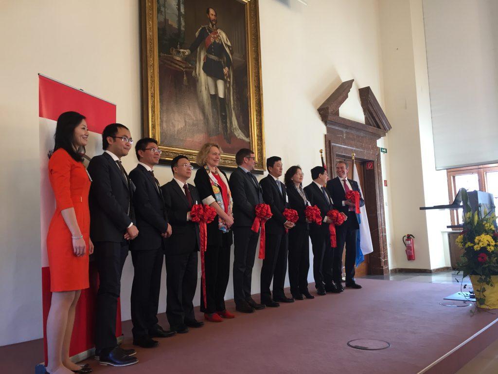 Am roten Band: Chinesische und bayerische Vertreter bei der Handelskammer-Eröffnung (Foto: G. Dolak)