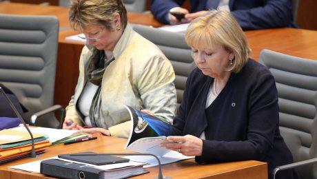Katastrophale Noten erteilen die Unternehmen in Nordrhein-Westfalen der Wirtschaftspolitik der rot-grünen Koalition unter Ministerpräsidentin Kraft (SPD, r.) und ihrer Stellvertreterin, Schulministerin Löhrmann (Grüne, l.). (Foto: Imago/Eibner)