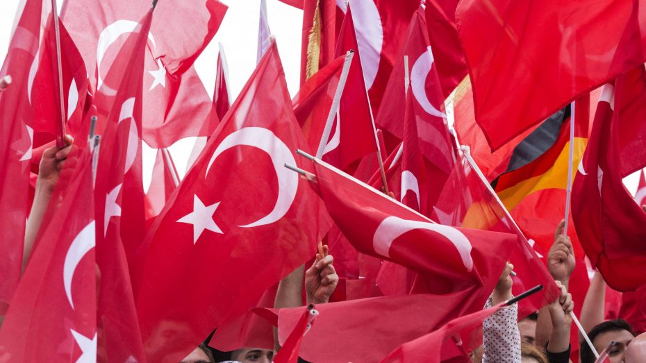 Pro-Erdogan-Demonstration von 30.000 Deutsch-Türken im Juli 2016 in Köln: Viele türkische und nur eine deutsche Fahne. (Foto: Imago/Bettina Strenske)