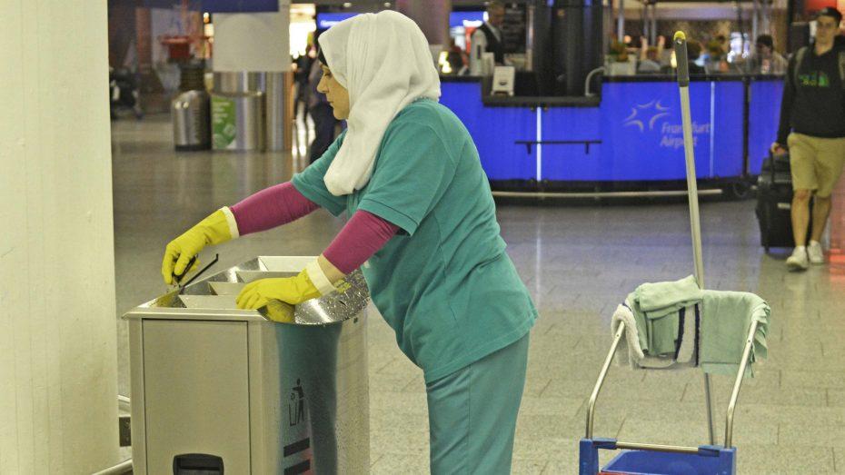 Laut EuGH-Urteil haben Arbeitgeber das Recht, das Kopftuch am Arbeitsplatz zu verbieten. Im Bild eine Putzfrau mit Kopftuch am Flughafen Frankfurt/Main. (Foto: Imago/Winfried Rothermel)