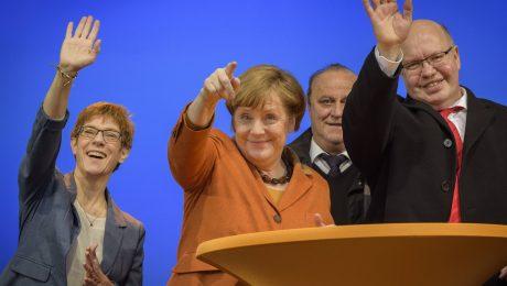 Wahlkampf-Abschluss der CDU im Saarland (v.l.): Ministerpräsidentin Annegret Kramp-Karrenbauer, Kanzlerin Angela Merkel, Innenminister Klaus Bouillon und Kanzleramtschef Peter Altmaier. (Foto: Imago/Becker&Bredel)