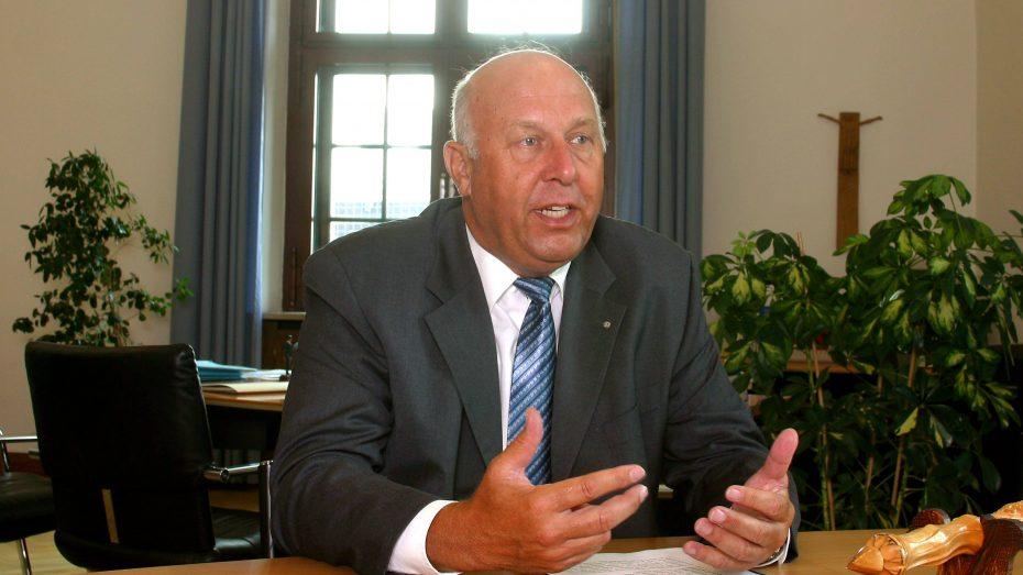 Manfred Weiß als bayerischer Justizminister im Jahr 2002. (Foto: imago/HRSchulz)