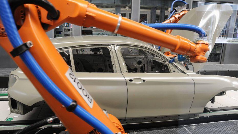 Begehrt bei Investoren aus Fernost: KUKA-Roboter im BMW-Werk Regensburg. Für 3,7 Milliarden Euro übernimmt gerade ein chinesischer Konzern den Hersteller von Industrierobotern. (Foto: Imago/M. Segerer)
