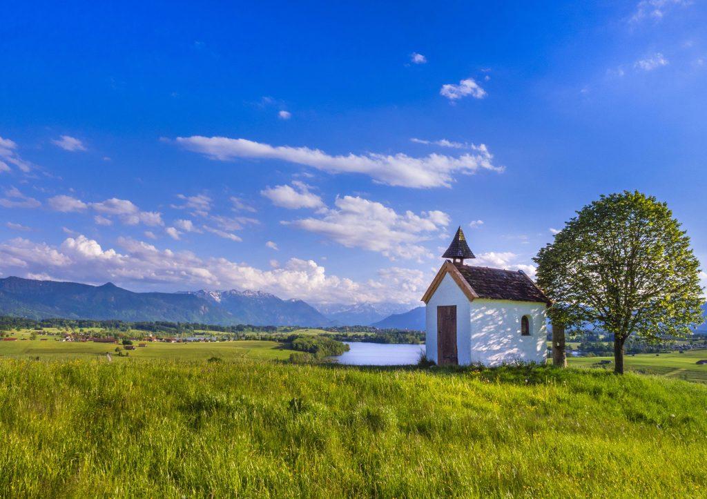 mesnerhaus kapelle auf der aidlinger hoehe mit dem riegsee im hintergrund deutschland bayern. Black Bedroom Furniture Sets. Home Design Ideas