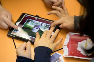 """Digitaler Unterricht an der Grundschule an der Gänselieselstraße 33. Die Schule ist vorbildlich in der Medienbildung und ist daher eine der Netzwerkschulen im bayernweiten Projekt """"Digitale Schule 2020"""". Im Bild programmieren und spielen Schüler das Märchen vom Froschkönig auf einem Tablet nach. (Foto: Picture alliance)"""