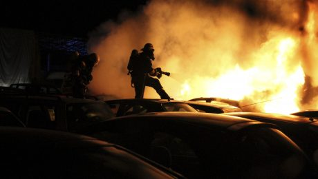 Fast jede Nacht brennen Autos